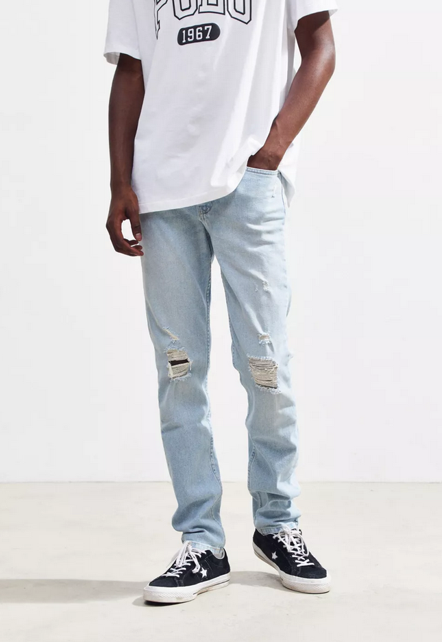 Light blue jeans with a white t-shirt and black canvas sneakers